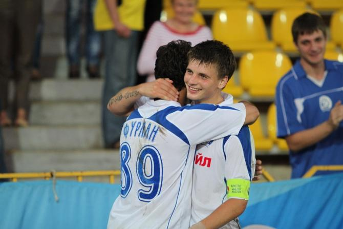Станислав Драгун поздравляет Бруно Фурлана, ставшего MVP матча