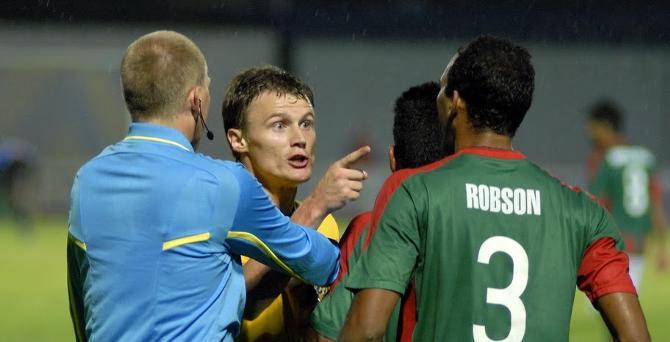 Виталий Родионов высказывает дружеские пожелания защитнику гостей Робсону