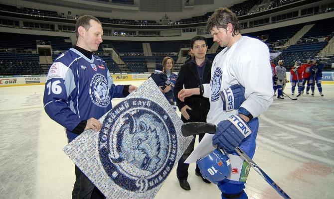 Евгений Жук вручает подарок от болельщиков Андрею Михалеву