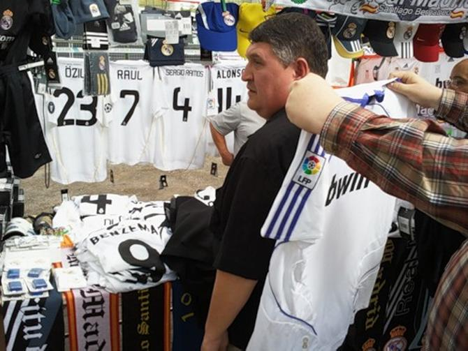 Футболки Рауля до сих пор в Мадриде в ходу.