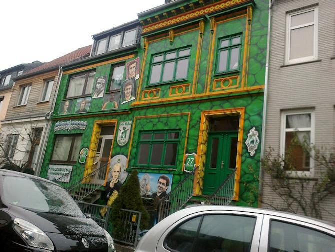 Любовь к «Вердеру» находит свое выражение и в граффити на домах