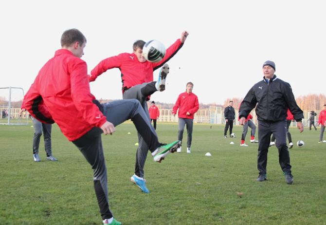 Игроки сборной тренировались с хорошим таким настроем на борьбу