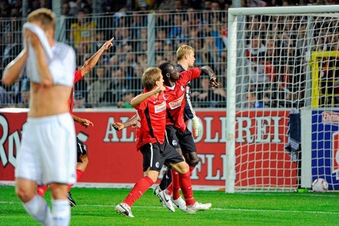 Антон Путило радуется голу вместе со своими партнерами по команде.