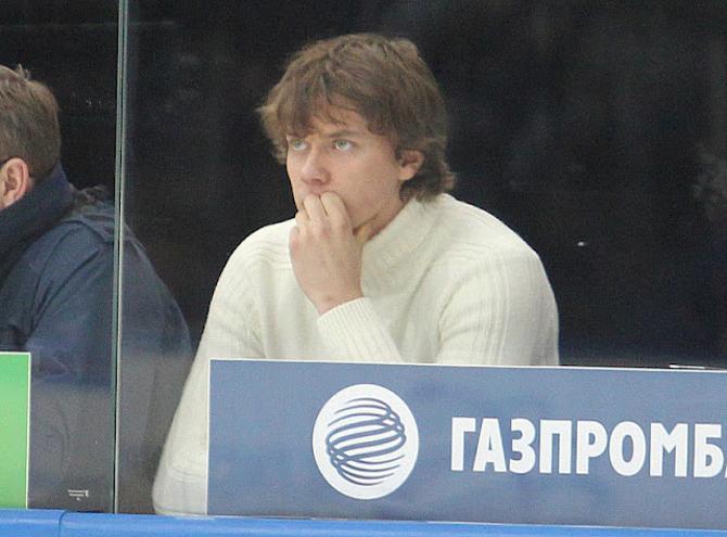 Кажется, Андрей Стась смотрит на игру