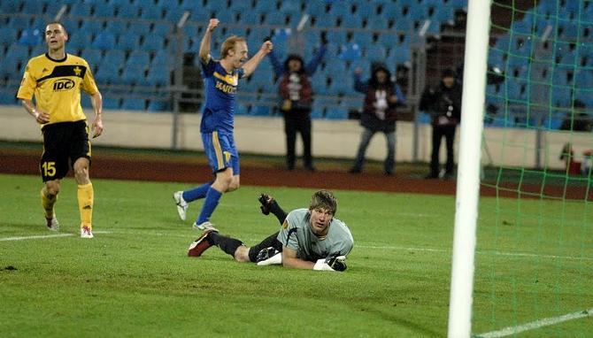 Александр Павлов празднует гол, который стал последним
