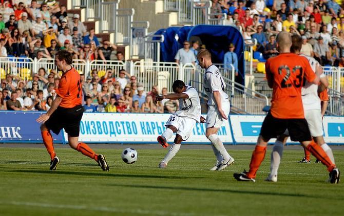Симон Огар забивает второй гол в ворота исландской команды.