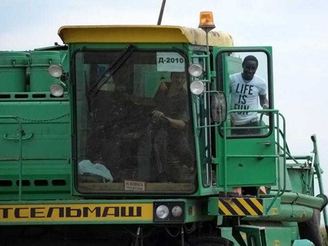 В Беларуси Симон Огар даже на уборочной успел побывать