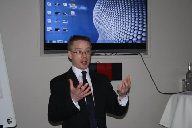 Майк МакСвини во время встречи с участниками стажировки, организованной бизнес -школой RMA и факультетом «Менеджмент в игровых видах спорта»