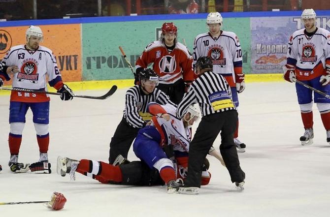 Белорусские хоккеисты в нынешнем сезоне частенько сбрасывают перчатки на радость публике