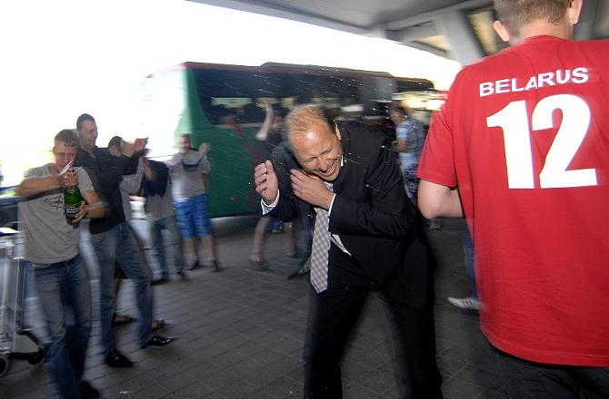 Во время встречи молодежки болельщики облили Андрея Чепу шампанским