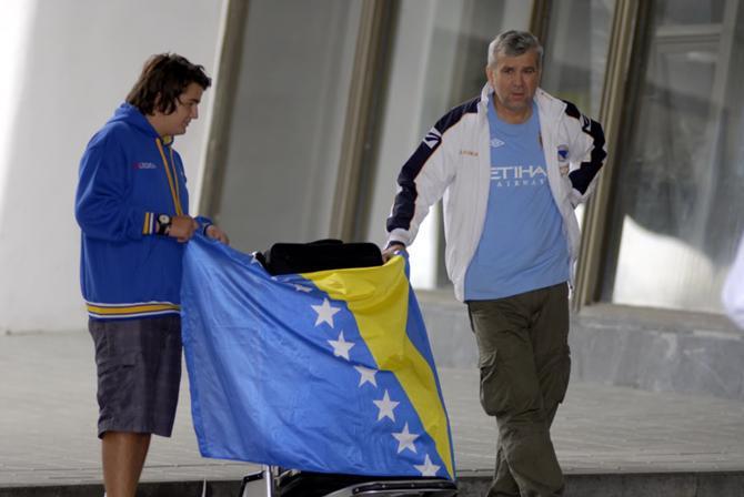 Эдин и его отец были единственными фанатами, встречавшими боснийцев в аэропорту