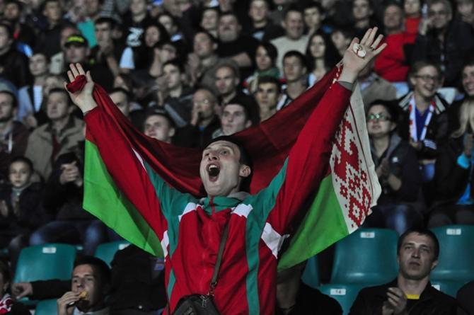 Гомельские болельщики оказали сборной Беларуси роскошный прием