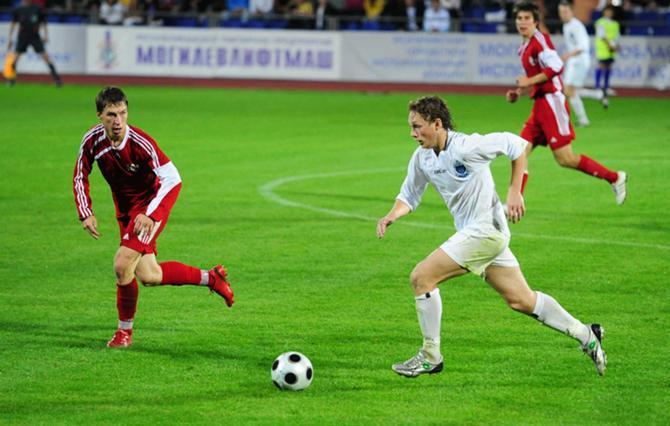 В Беларуси Александр Быченок (на снимке с мячом) уже успел себя зарекомендовать. Завтра он попробует это сделать на международной арене