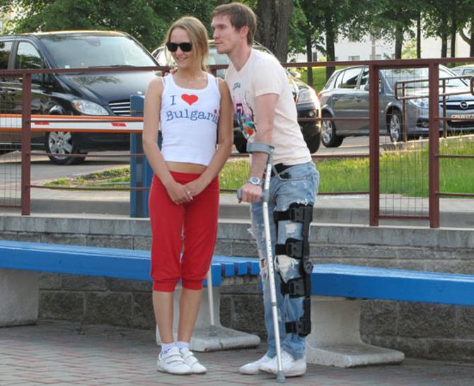 Александр Глеб -- с поклонницей, костылями и бандажом на ноге
