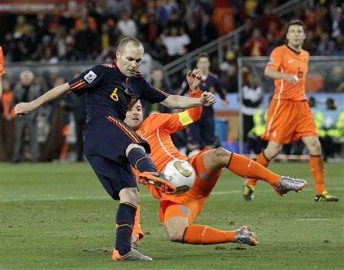 Решающий момент всего чемпионата мира: Иньеста забивает гол в ворота Голландии.