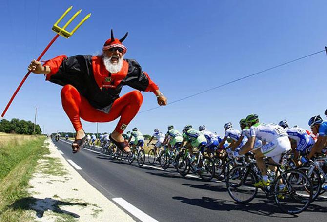 Во время гонки велосипедисты нередко попадают в адские передряги