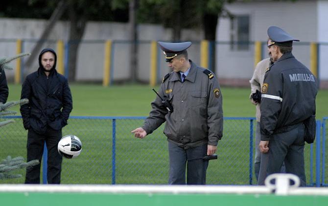 Сотрудники милиции -- повелители болельщиков и мячей