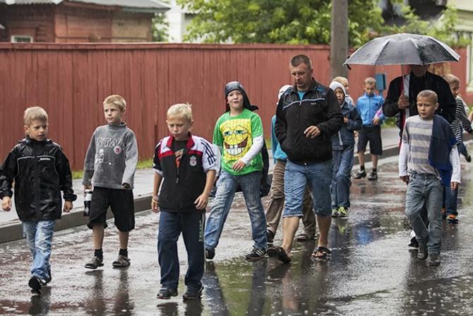 Белорусские болельщики, несмотря на дождь, активно шли на футбол.
