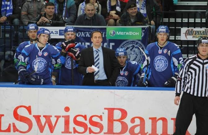 Любомиру Поковичу на скамейке привычнее находиться перед хоккеистами, а не за ними