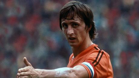 Голландия играла в форме с тремя полосками adidas, а Кройфф – с двумя. Почему?