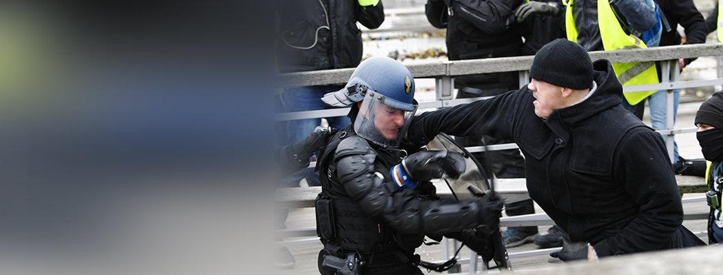 Экс-чемпион Франции по боксу побил полицейского во время протеста «желтых жилетов». Теперь наверняка сядет