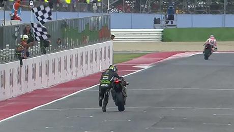 У гонщика закончилось топливо. Но он дотолкал мотоцикл до финиша