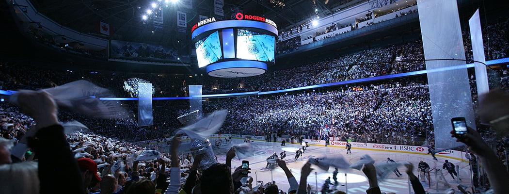 В НХЛ зрители машут полотенцами в паузах. Все началось с троллинга судьи