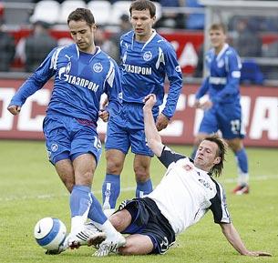 Андрей Каряка пытается отобрать мяч у Романа Широкова