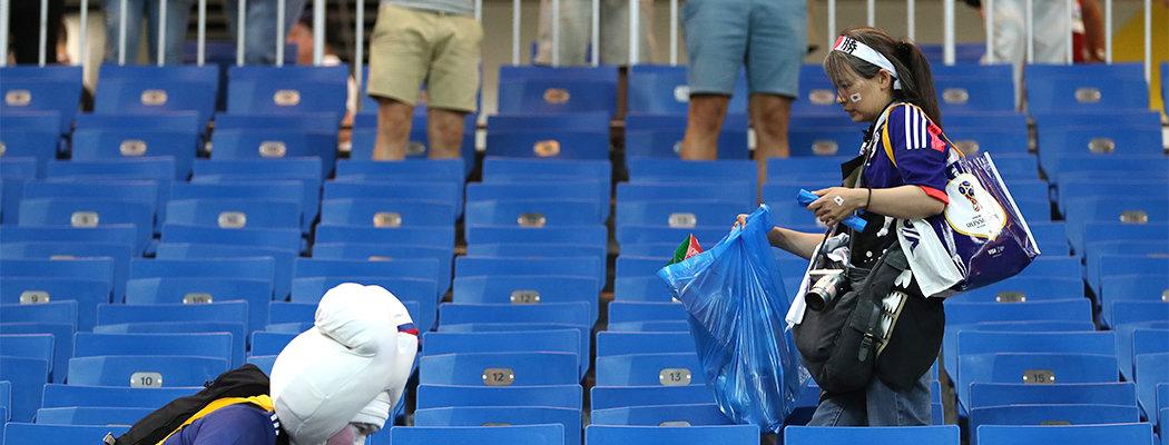 Почему японцы убирают за собой мусор на стадионах?