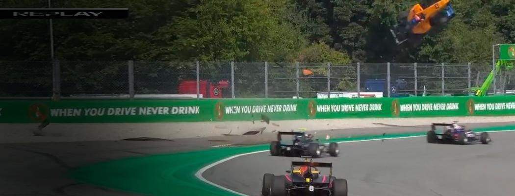 Сумасшедшая авария в «Формуле-3»: машина взлетела на несколько метров и упорхнула в барьеры