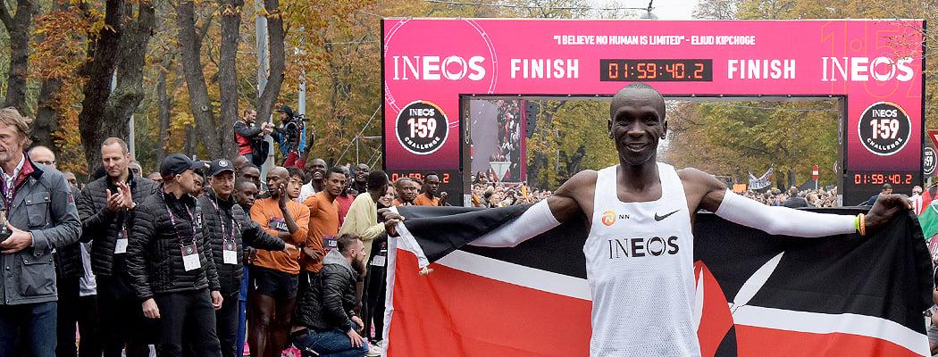 Он первый, кому удалось пробежать марафон быстрее чем за 2 часа! Помогали 150 человек (35 – на дистанции)