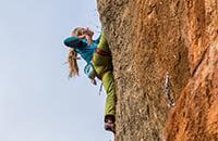 «Друзья-альпинисты погибли в горах – и я занялась скалолазанием». Это безопасно? Часто ли лазают без страховки? Сколько стоит?