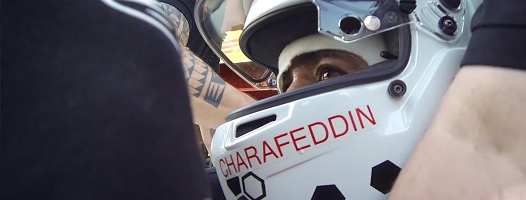 Слепого фаната прокатили на болиде «Формулы-1». Он узнал все повороты по звуку и перегрузкам