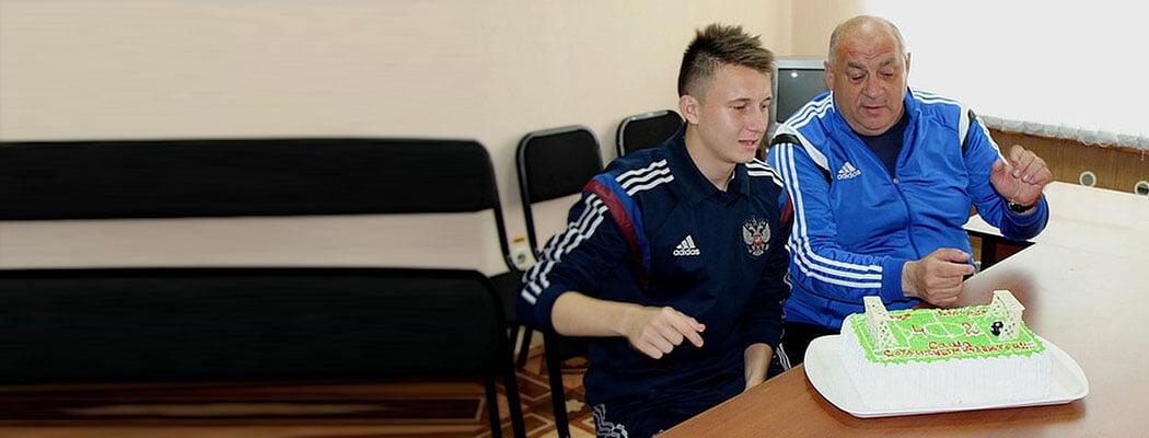 Головина учил тренер, который сам создал клуб в Кузбассе, обыграл ЦСКА и пишет стихи. Его школе тоже нужны 16 млн рублей